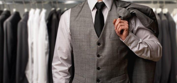 Mode und Bekleidung - Mann mit Anzug vor Kleiderständer